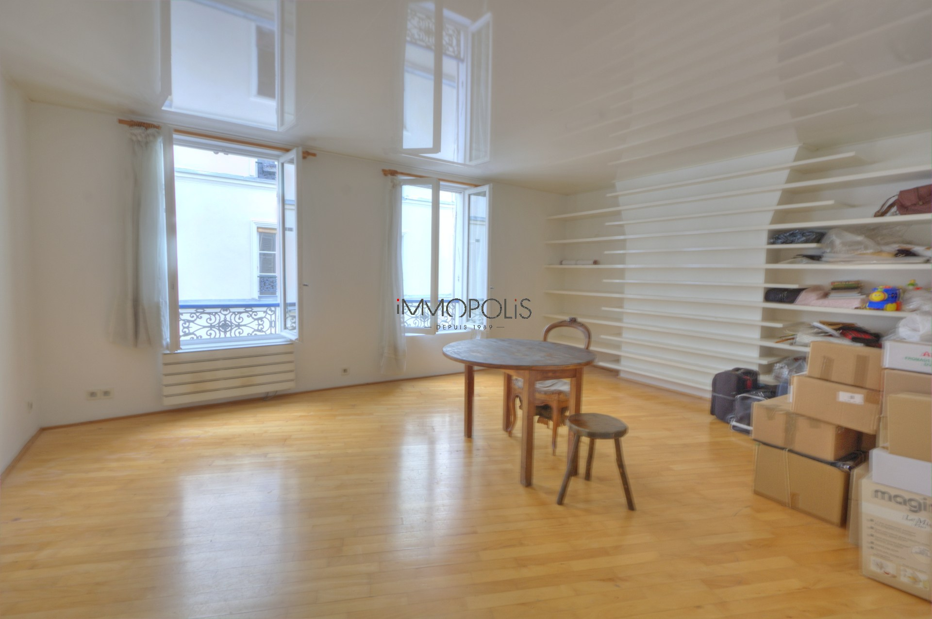 In the heart of the Abbesses, rue Berthe, beautiful 2 room apartment with a perfect plan, in good condition, crossing onto a quiet street and open courtyard! 8