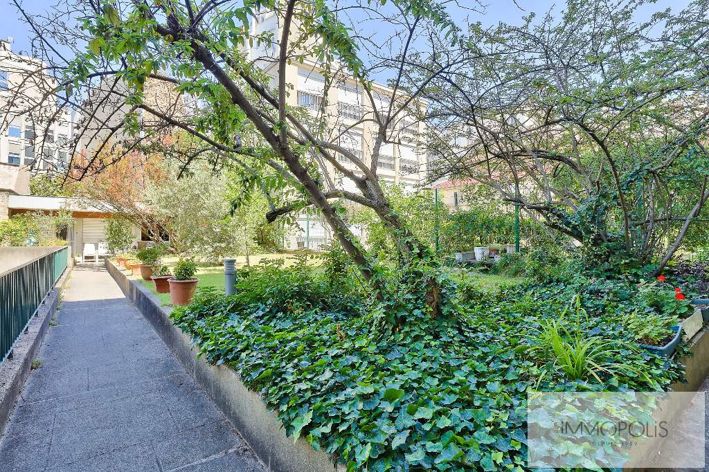 Huissiers district (near Pont de Neuilly): beautiful apartment crossing on a very quiet street and on gardens, with two terraces, cellar and parking! 5