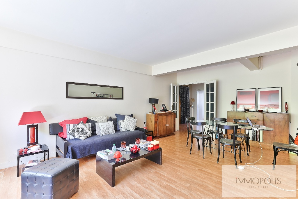 Huissiers district (near Pont de Neuilly): beautiful apartment crossing on a very quiet street and on gardens, with two terraces, cellar and parking! 6