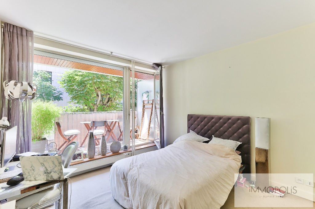 Huissiers district (near Pont de Neuilly): beautiful apartment crossing on a very quiet street and on gardens, with two terraces, cellar and parking! 8