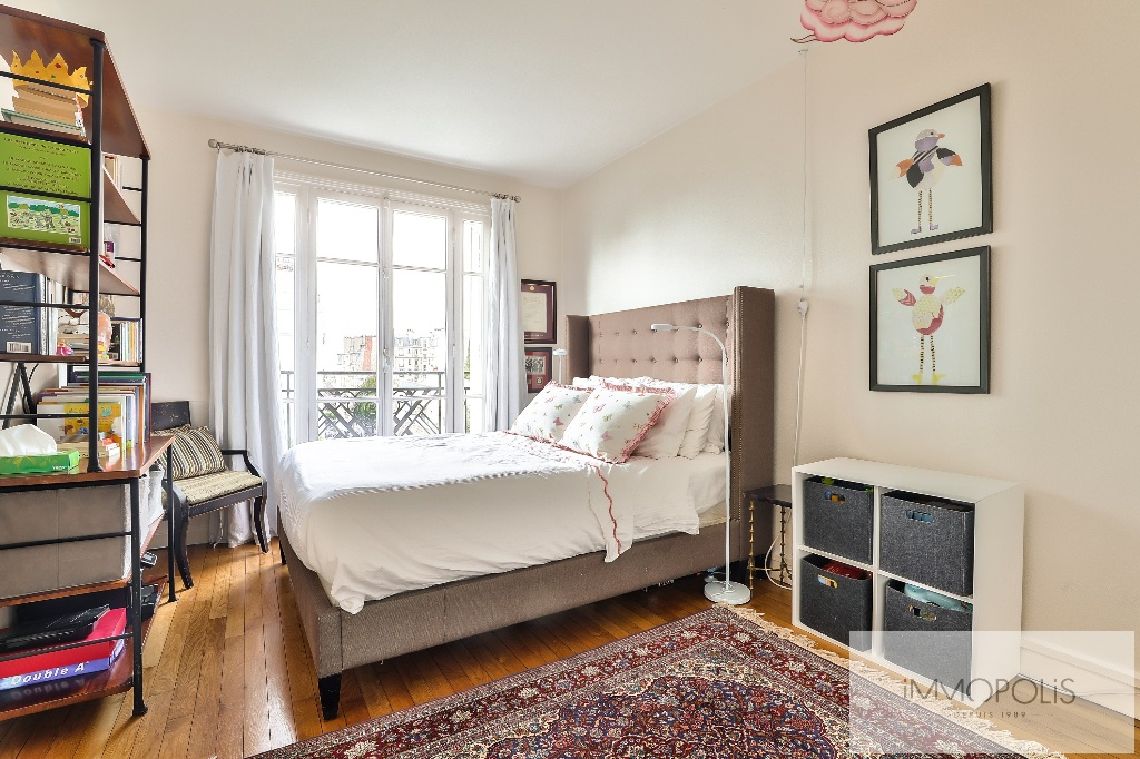 Rare in Montmartre, superb apartment on a high floor with elevator and unobstructed views! 4