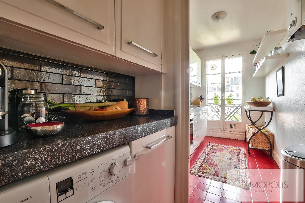 Rare in Montmartre, superb apartment on a high floor with elevator and unobstructed views! 9
