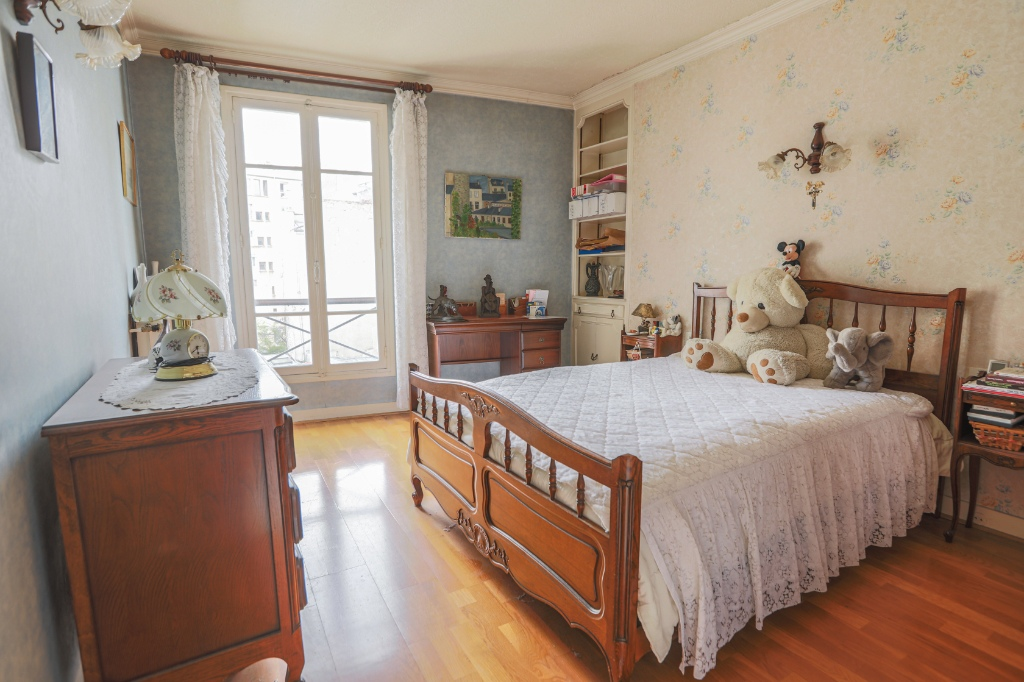 ABBESSES- 4 Rooms of 85M ², LAST FLOOR, 3 South facing bedrooms !!! 4
