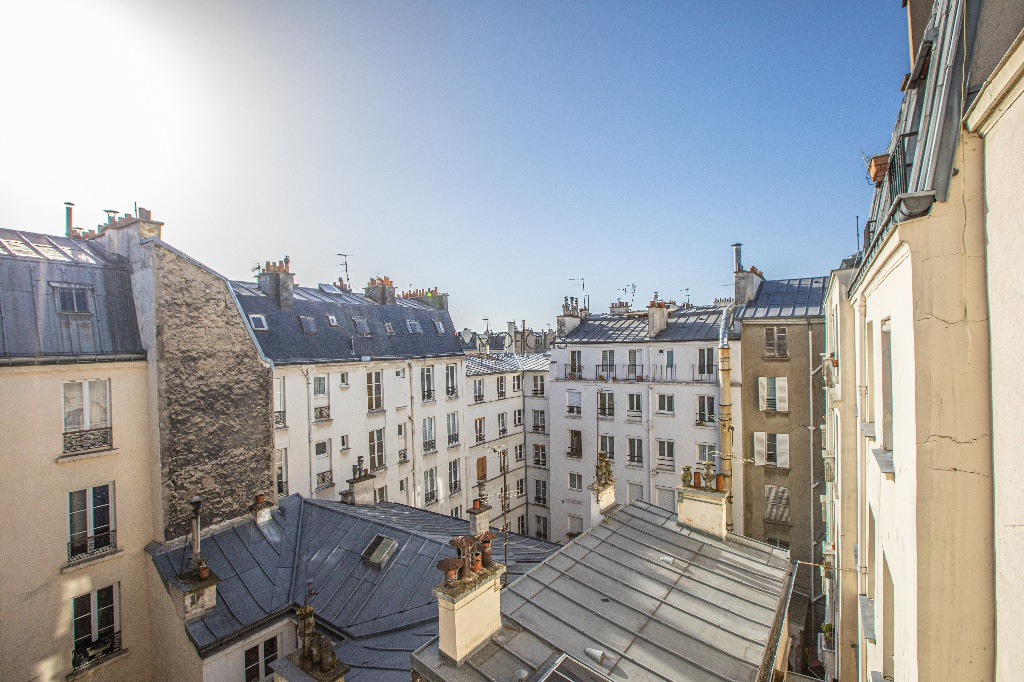 Coeur de Montmartre: 2 rooms on a high floor, bright and quiet, in a building in perfect condition 1