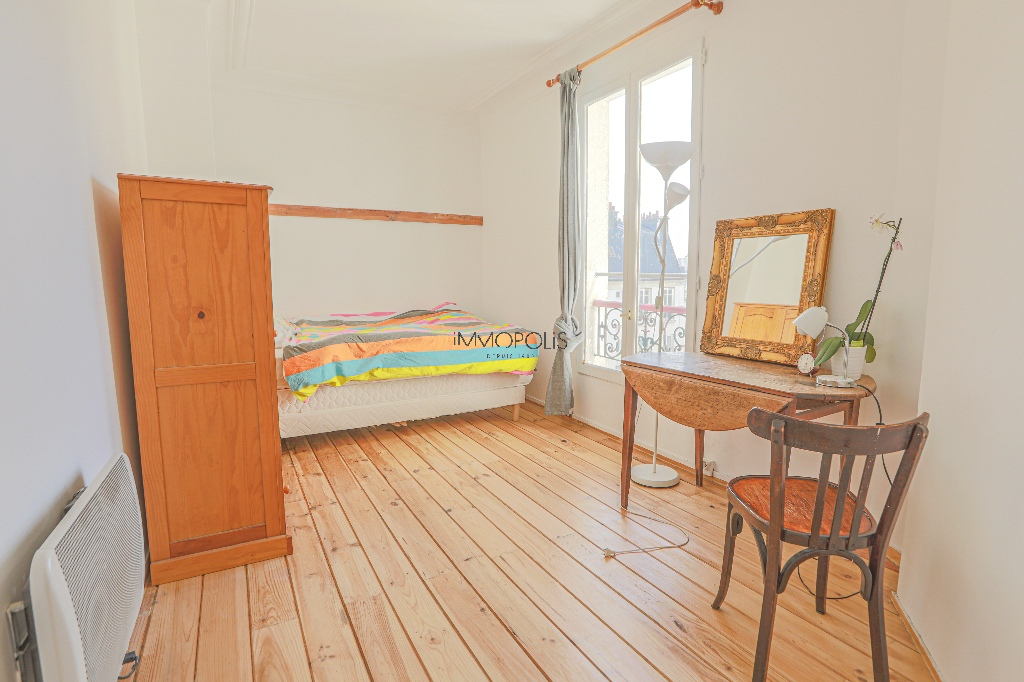 Heart of Montmartre: 2 rooms upstairs high, clear and calm, in building in perfect condition 2
