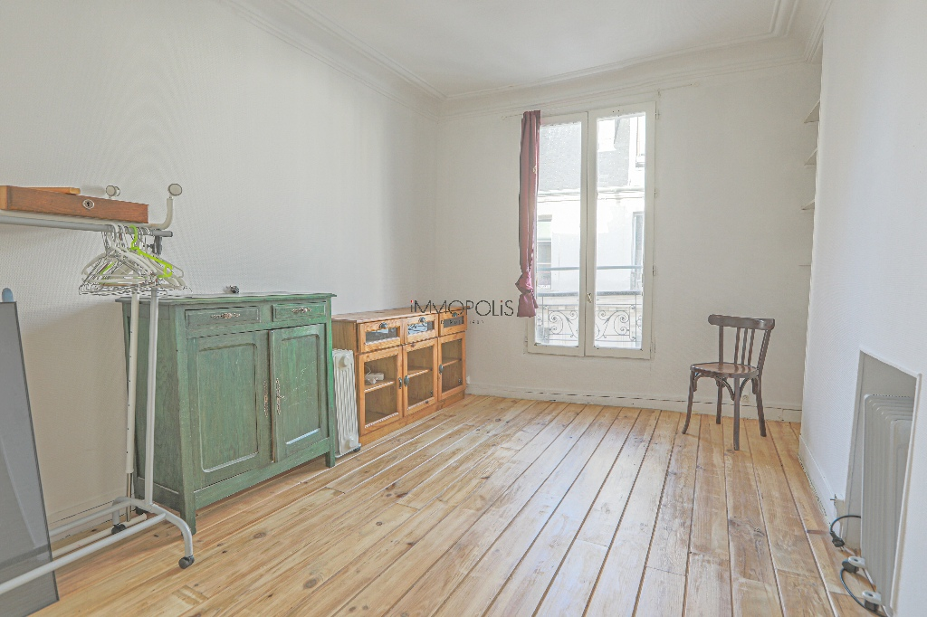Heart of Montmartre: 2 rooms upstairs high, clear and calm, in building in perfect condition 4