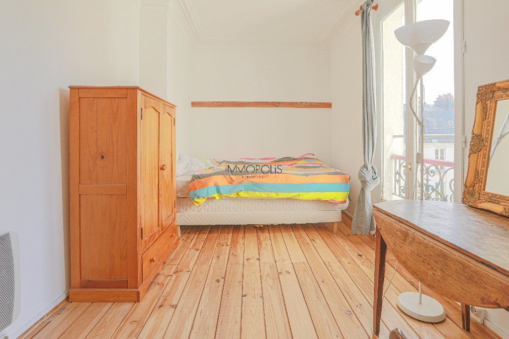 Heart of Montmartre: 2 rooms upstairs high, clear and calm, in building in perfect condition 6