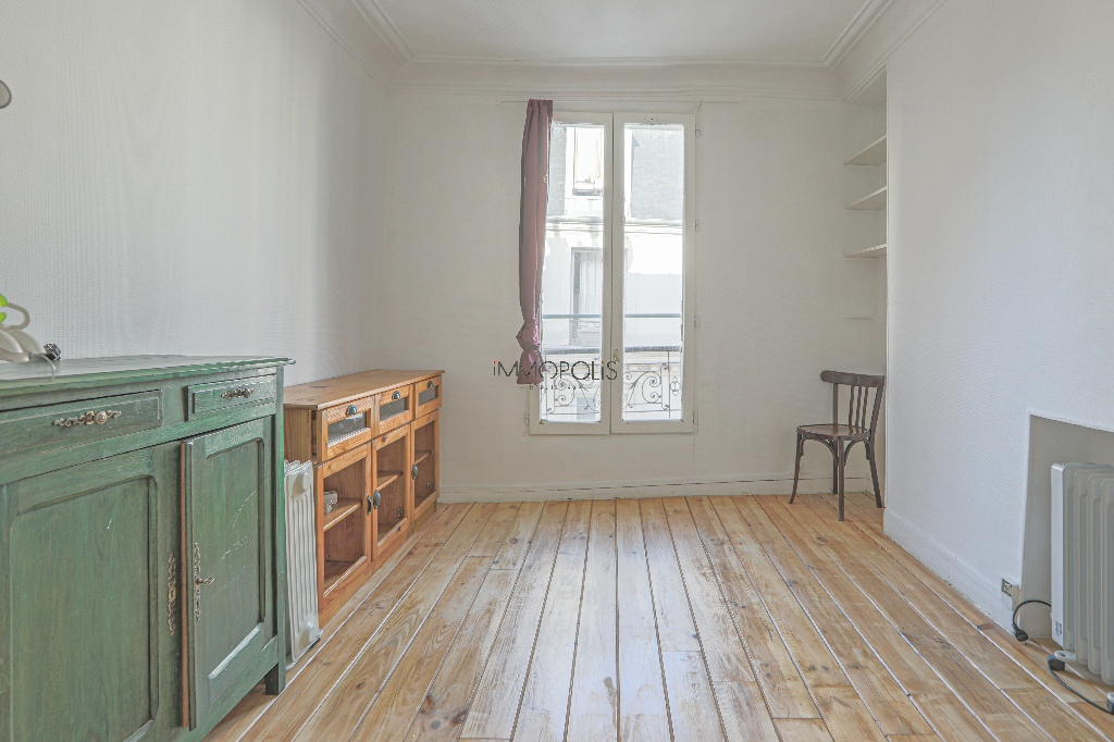Heart of Montmartre: 2 rooms upstairs high, clear and calm, in building in perfect condition 8