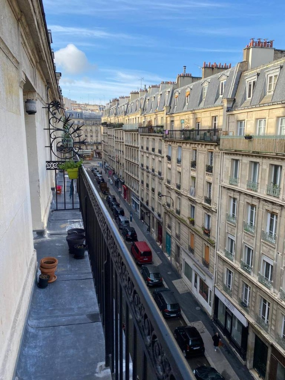 Mairie du XVIII – Etage élevé – 3 pièces – Balcon 8