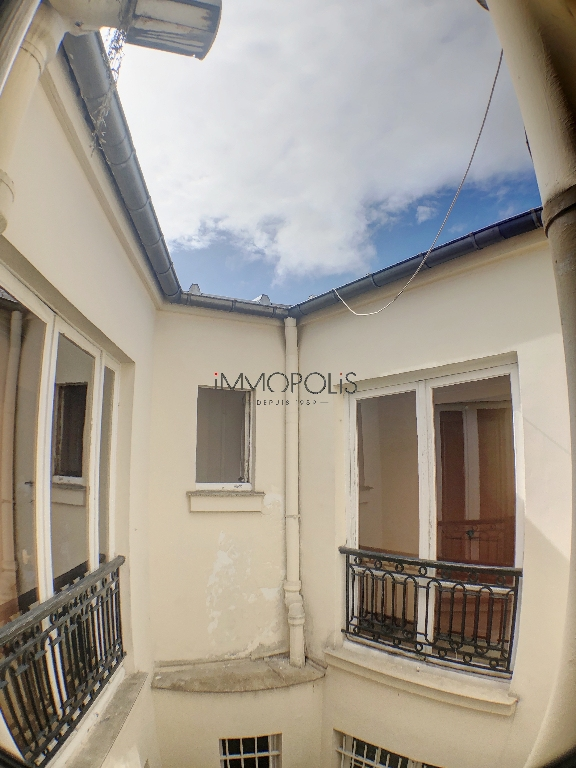 Paris 16, OECD District / Bois de Boulogne (Sector 2 Lakes), Upload room on top floor with elevator of 8.60 m² on the ground and 21.72 m3 5