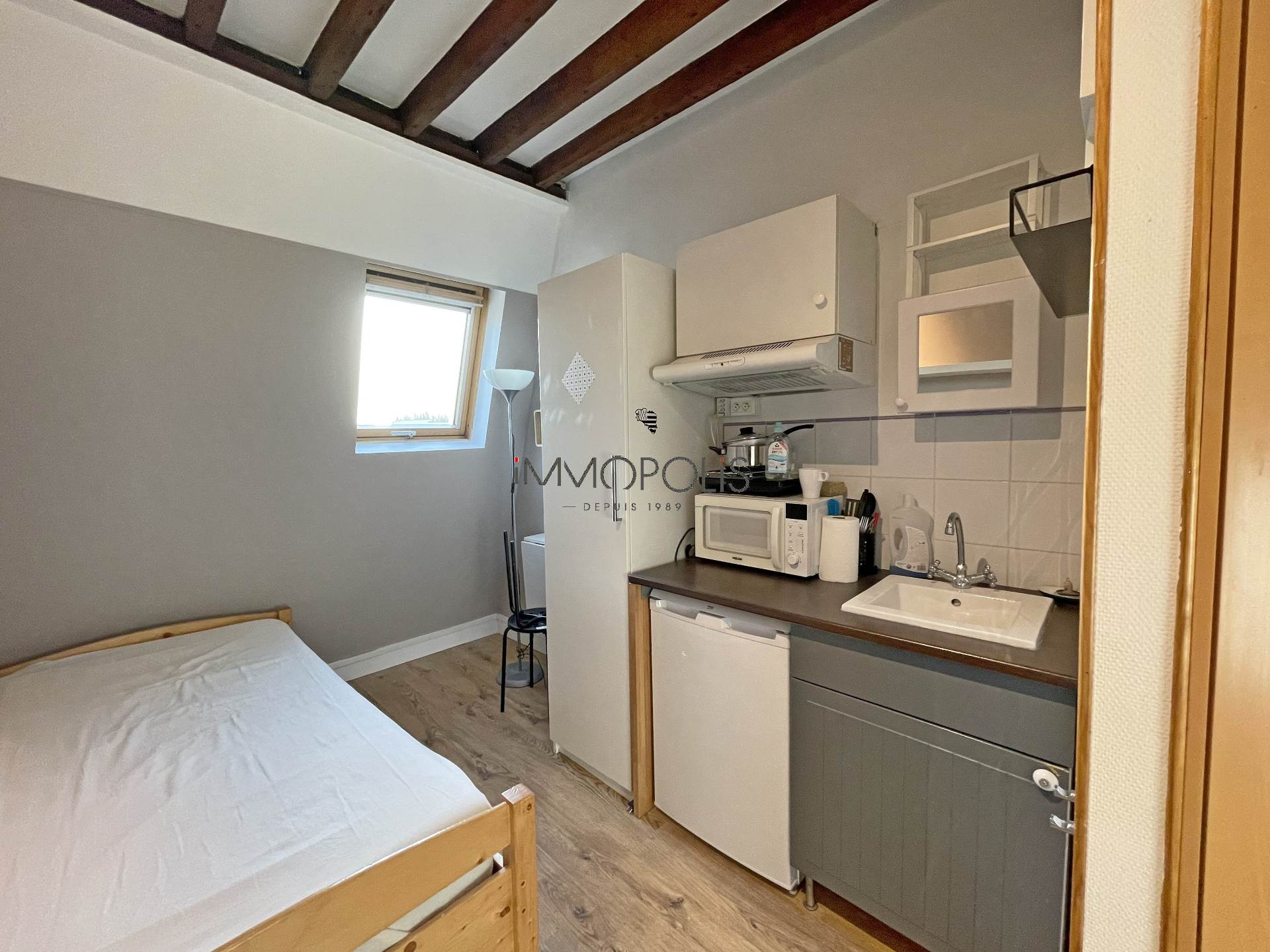 Quartier Europe (rue Clapeyron dans le 8ème arrondissement), studio louable légalement de 9,88 M² loi Carrez situé dans un magnifique immeuble bien entretenu 4