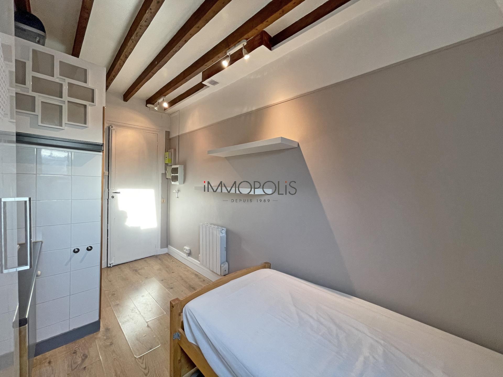 Quartier Europe (rue Clapeyron dans le 8ème arrondissement), studio louable légalement de 9,88 M² loi Carrez situé dans un magnifique immeuble bien entretenu 7