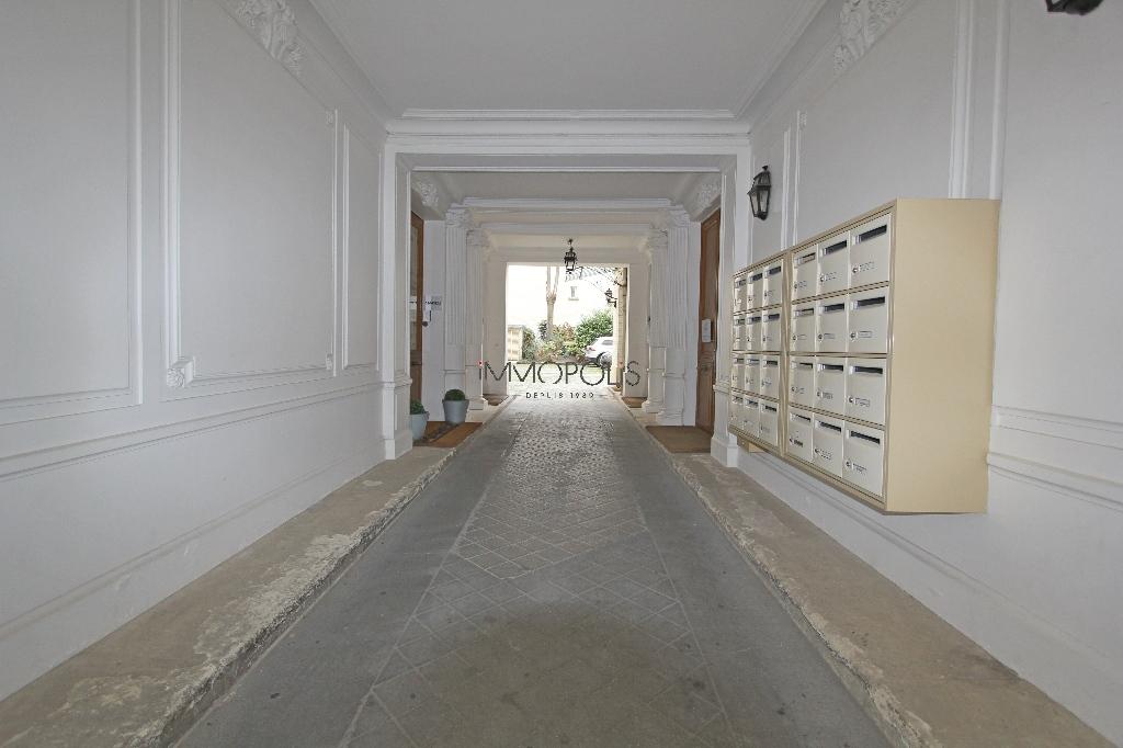 Quartier Europe (rue Clapeyron dans le 8ème arrondissement), studio louable légalement de 9,88 M² loi Carrez situé dans un magnifique immeuble bien entretenu 8