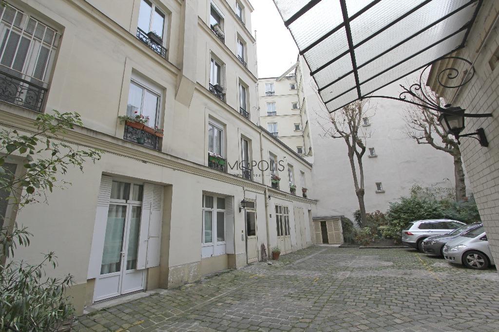 Quartier Europe (rue Clapeyron dans le 8ème arrondissement), studio louable légalement de 9,88 M² loi Carrez situé dans un magnifique immeuble bien entretenu 9