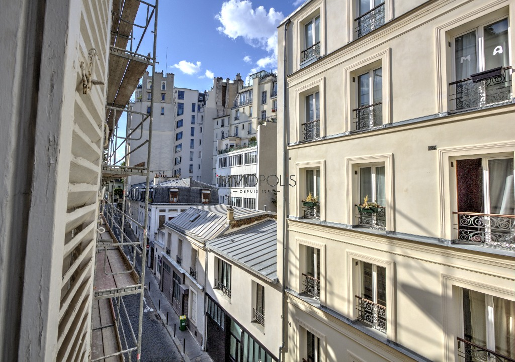 In the heart of the abbesses, rue Berthe, beautiful 2 rooms with perfect, in good condition, crossing on quiet street and open courtyard! 3
