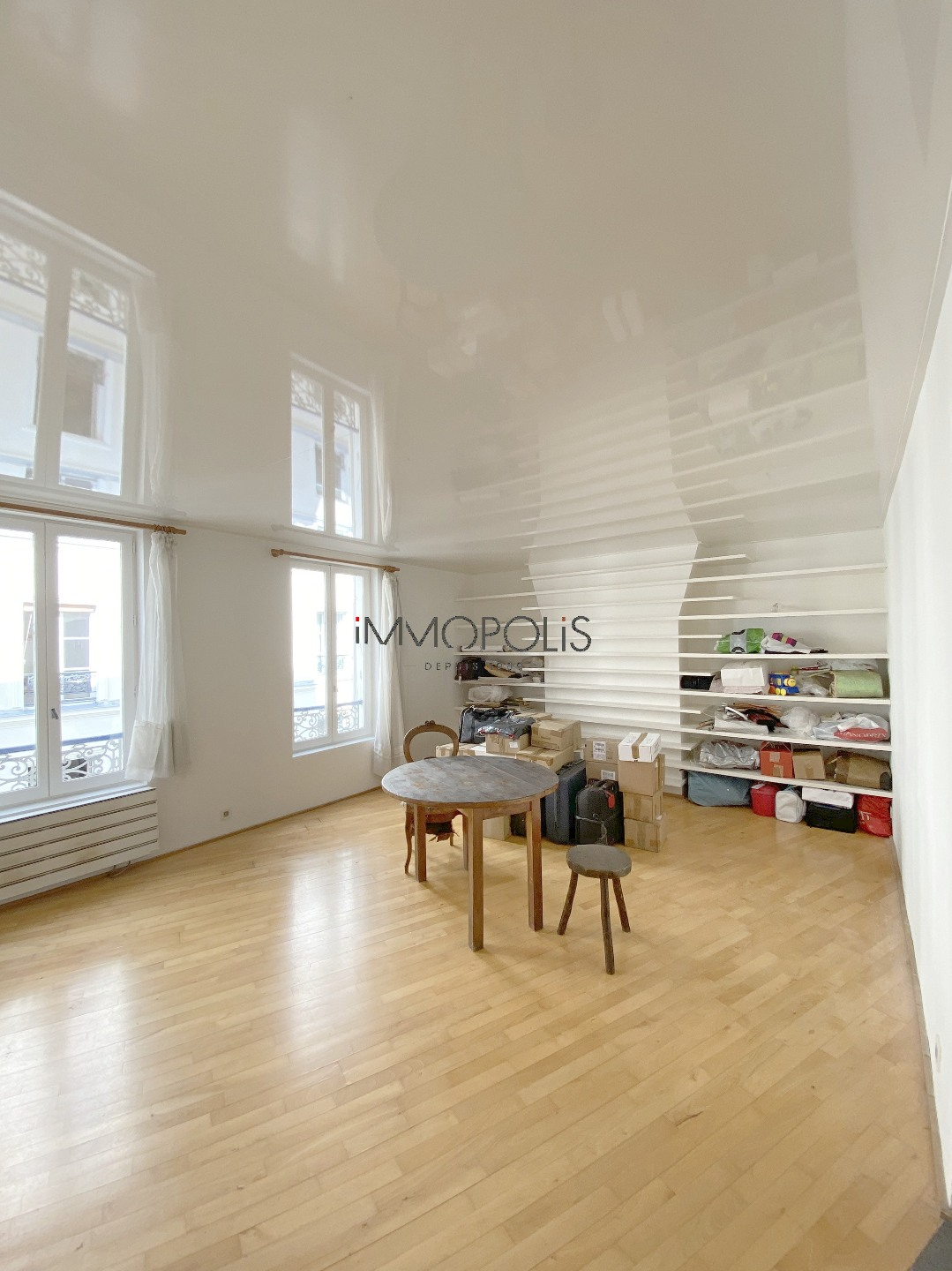 In the heart of the abbesses, rue Berthe, beautiful 2 rooms with perfect, in good condition, crossing on quiet street and open courtyard! 9