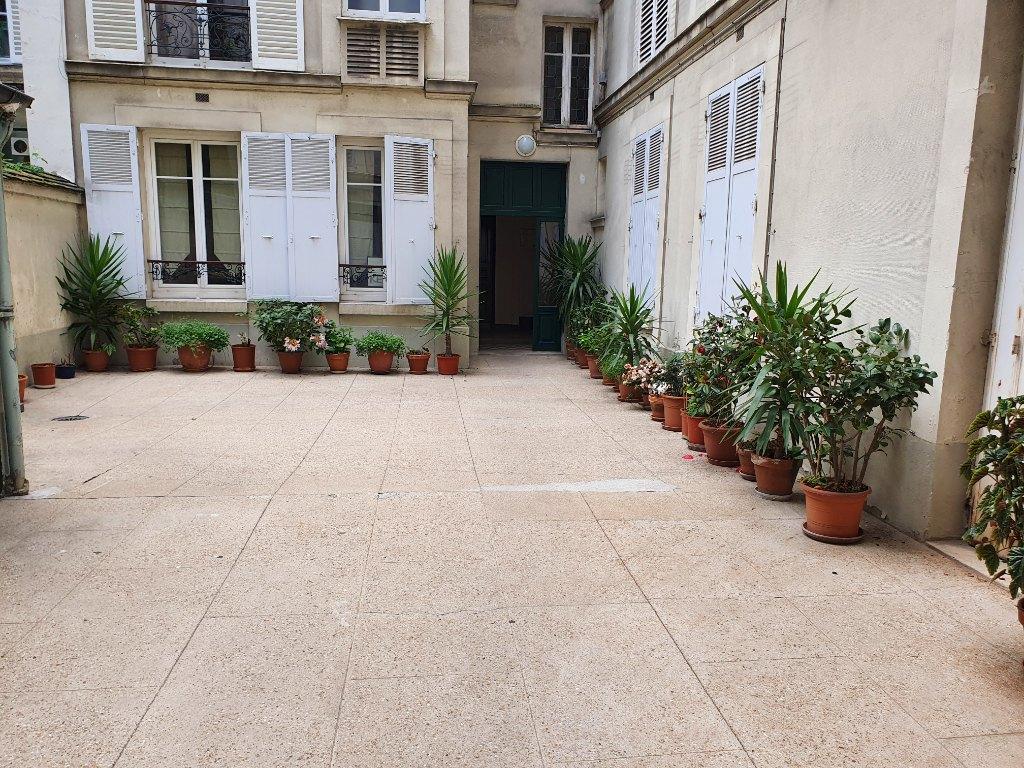 BATIGNOLLES APPARTEMENT 2 PIECES 30 M² EN RDC SUR COUR 8