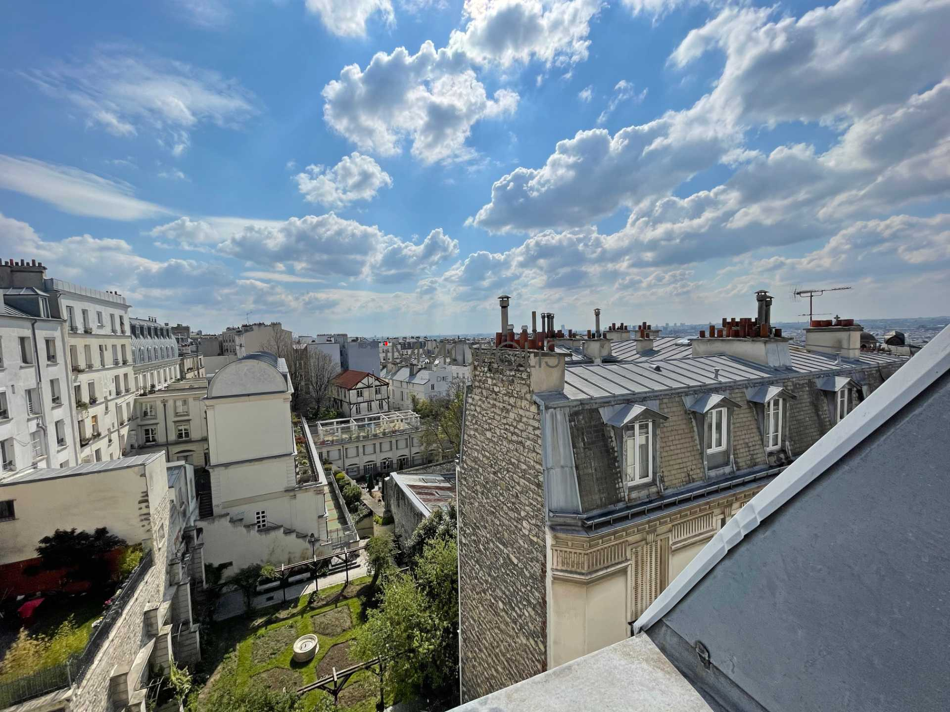 Beautiful 2 rooms at Abbesses with unobstructed view! 1