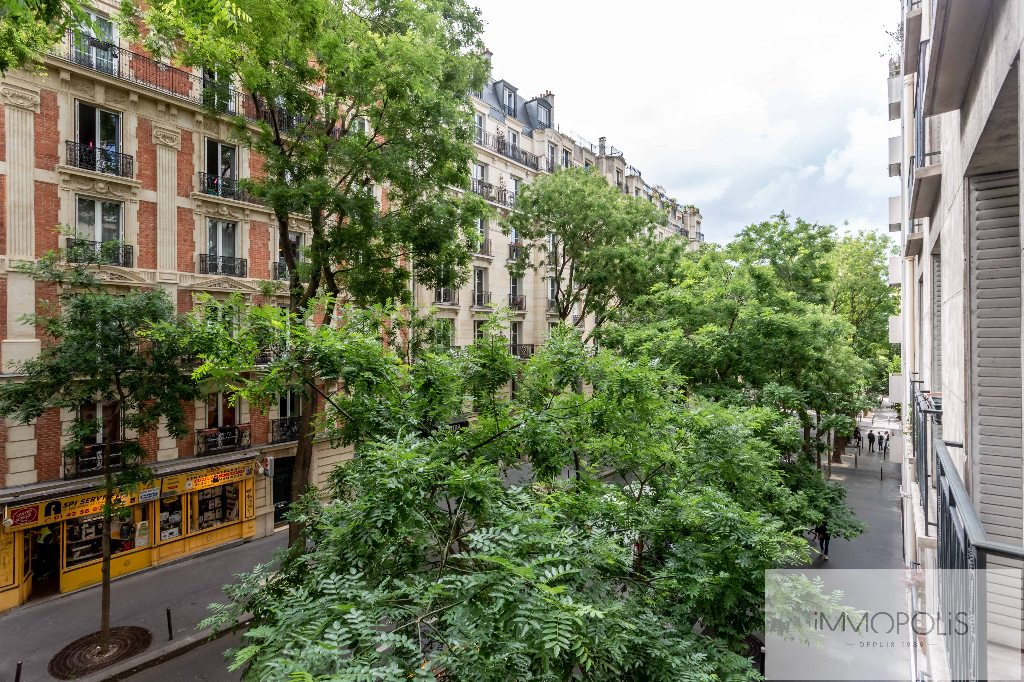 Montmartre, rue Caulaincourt, beautiful apartment of 76 m² in 2nd floor with elevator, beautiful volumes! 2