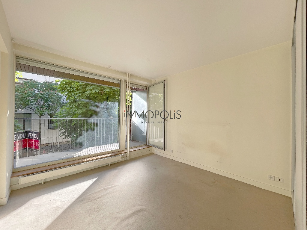 Neighborhood district (near Bridge de Neuilly): Beautiful apartment crossing on very quiet street and on gardens, with two terraces, cellar and parking! 3