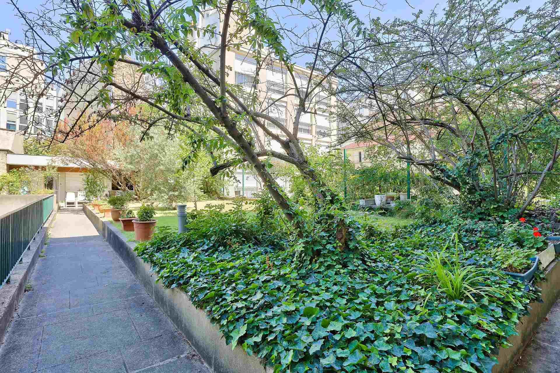 Quartier des Huissiers (proche Pont de Neuilly) : bel appartement traversant sur rue très calme et sur jardins, avec deux terrasses, cave et parking ! 9