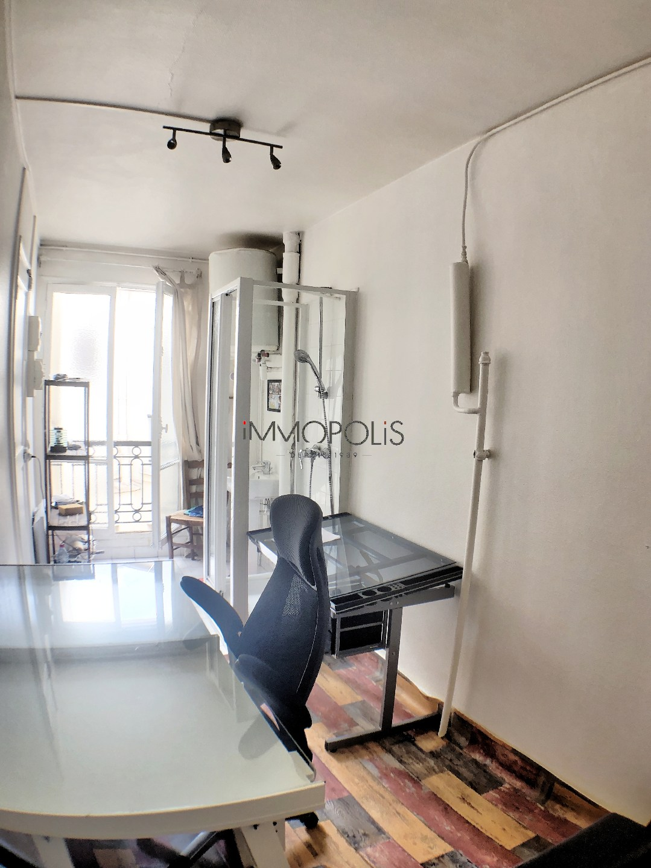 PARIS 16, quartier OCDE / Bois de Boulogne (secteur 2 lacs), chambre de service en dernier étage avec ascenseur de 8,60 M² au sol et de 21,72 M3 2