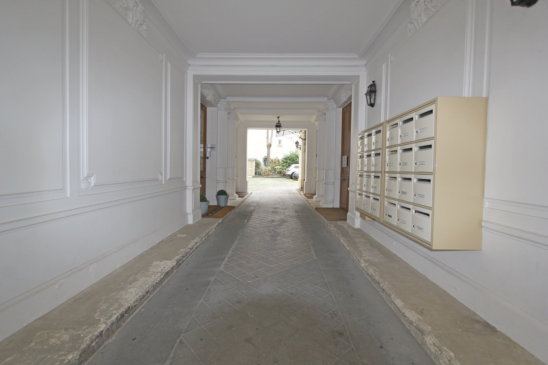 District Europe (rue Clapeyron in the 8th arrondissement), Legally launched studio of 9.88 m² Law Carrez located in a beautiful well maintained building 8