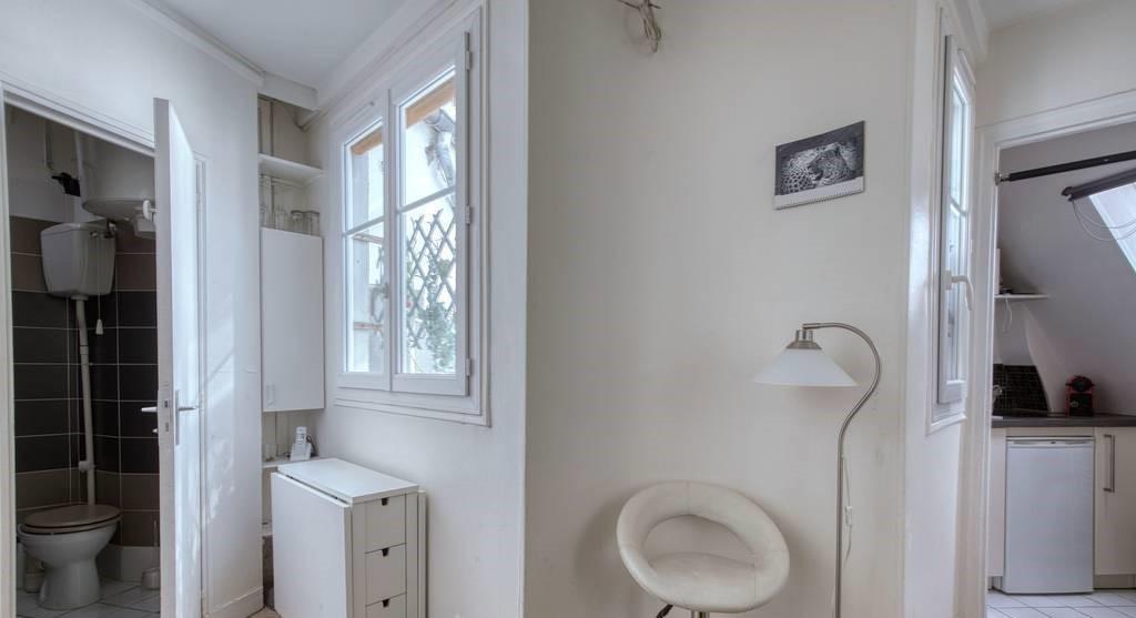 Studette : idéalement placée , dernier étage desservi par un  ascenseur 4