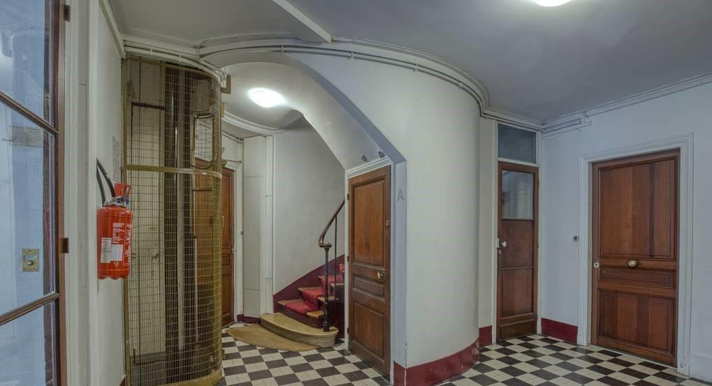 Studette : idéalement placée , dernier étage desservi par un  ascenseur 8