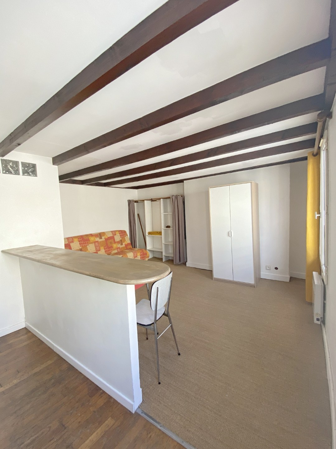Montmartre, Abbesses, Beautiful studio in good condition in 4th and last floor, ceiling beams, quiet, on unobscured courtyard without opposite! 6