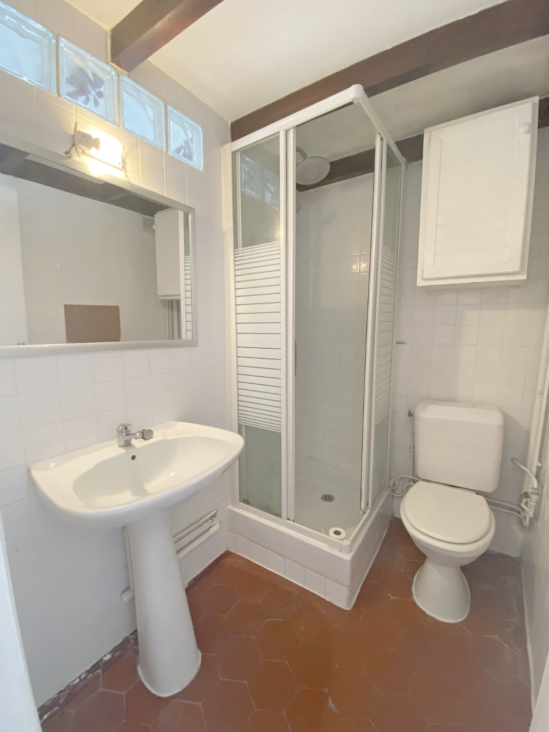 Montmartre, Abbesses, Beautiful studio in good condition in 4th and last floor, ceiling beams, quiet, on unobscured courtyard without opposite! 9