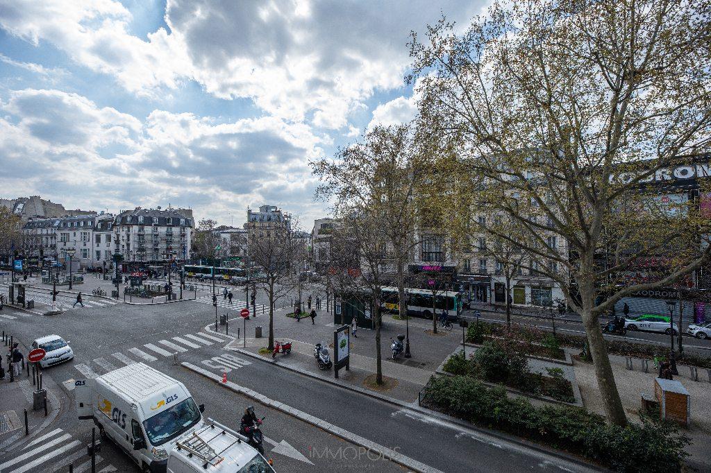 2 pièces sans vis à vis donnant sur la place Pigalle, exposition sud : quartier vivant et recherché ! 2