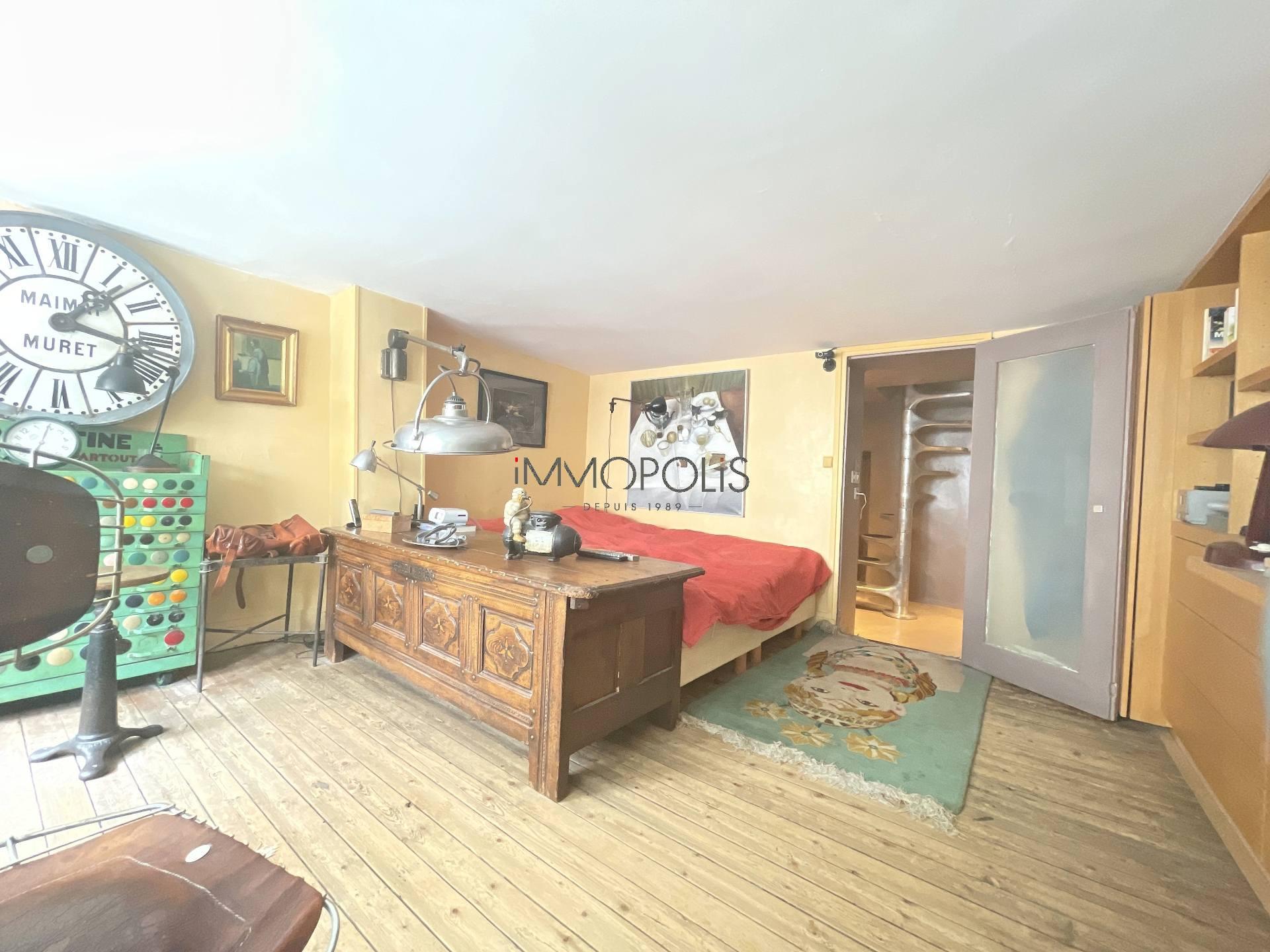 3 rooms Rue Ravignan duplex + room of service! 5