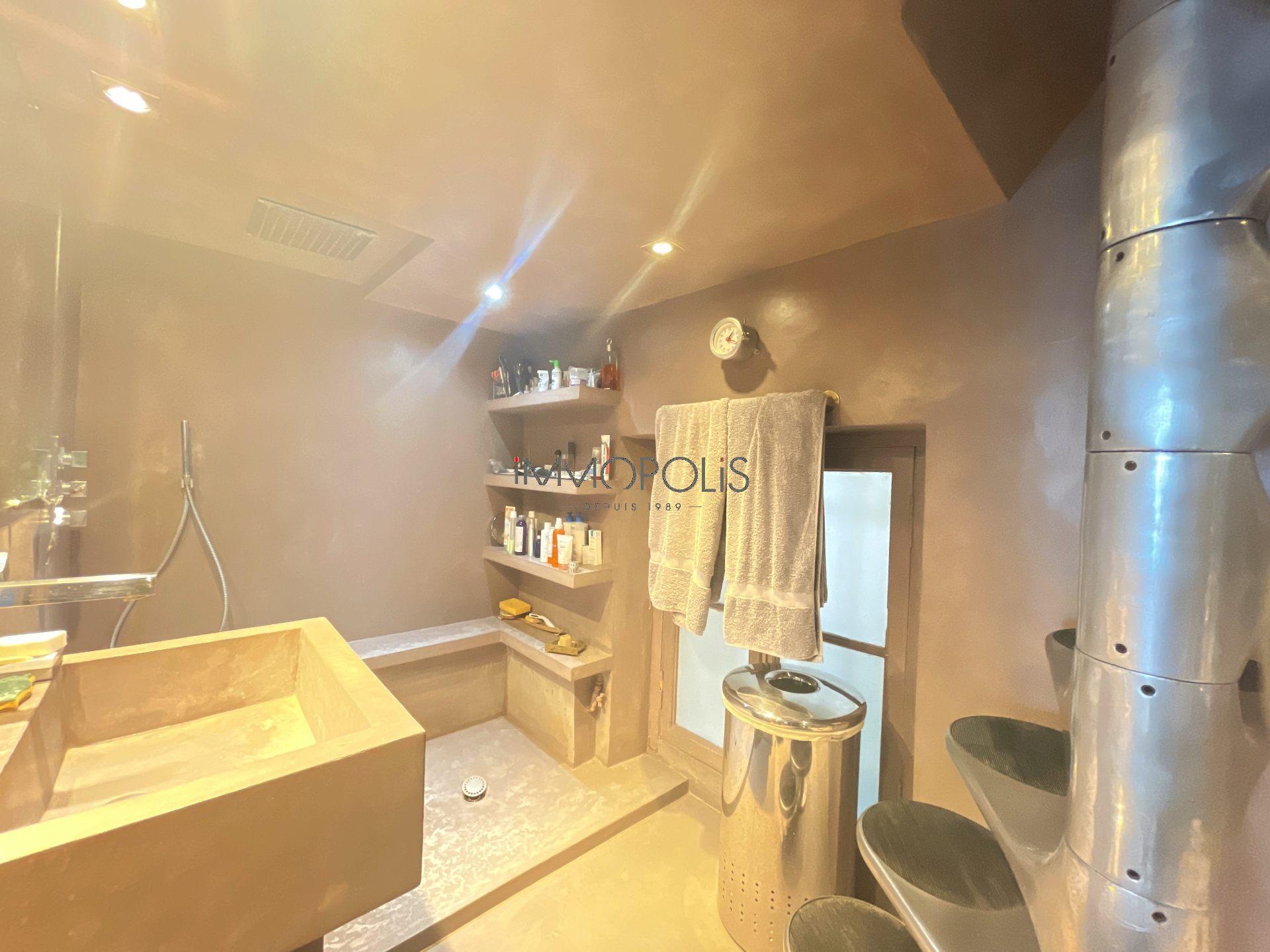 3 rooms Rue Ravignan duplex + room of service! 6