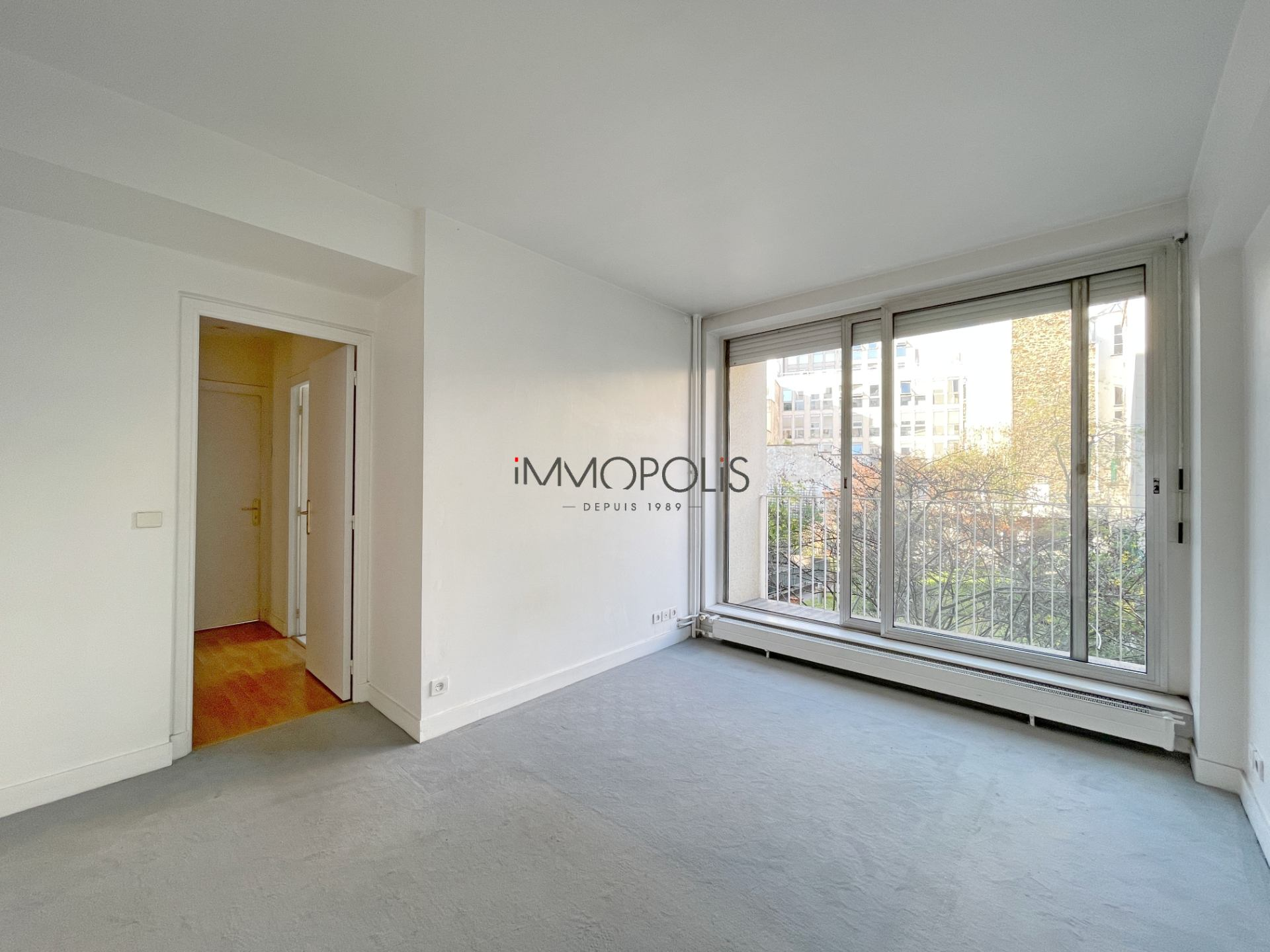 Neighborhood district (near Bridge de Neuilly): Beautiful apartment crossing on very quiet street and on gardens, with two terraces, cellar and parking! 4