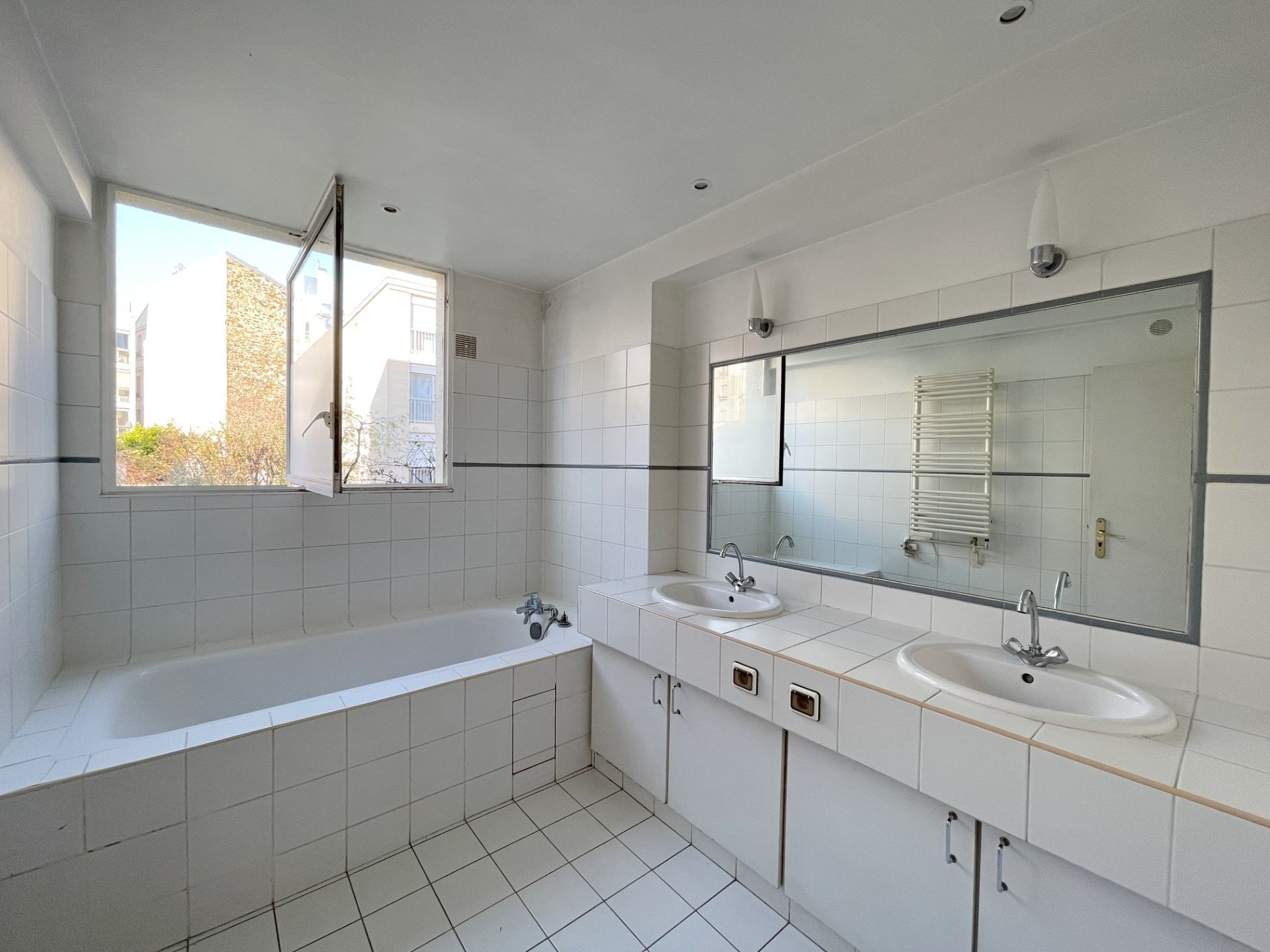 Neighborhood district (near Bridge de Neuilly): Beautiful apartment crossing on very quiet street and on gardens, with two terraces, cellar and parking! 5