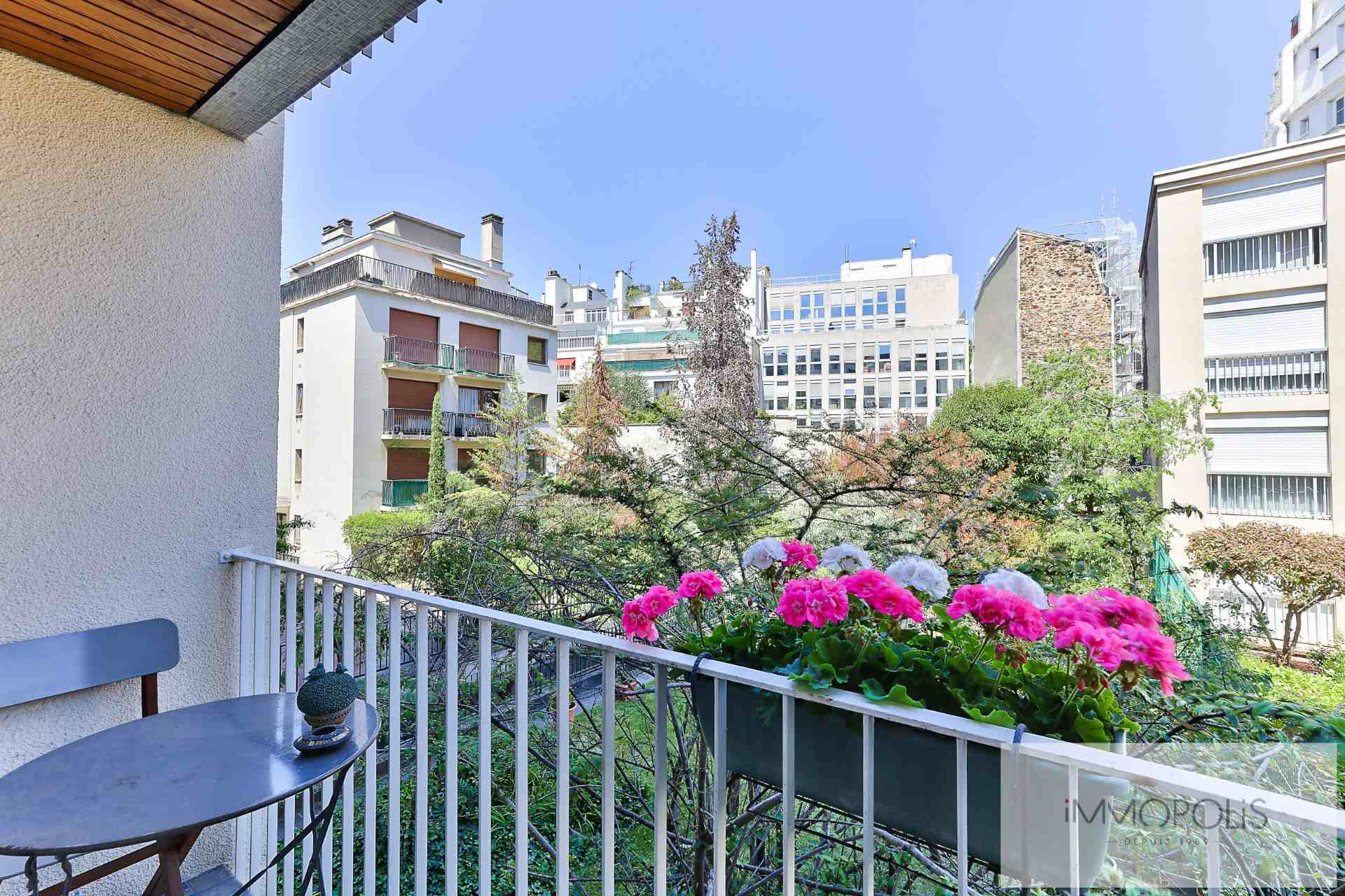 Neighborhood district (near Bridge de Neuilly): Beautiful apartment crossing on very quiet street and on gardens, with two terraces, cellar and parking! 7