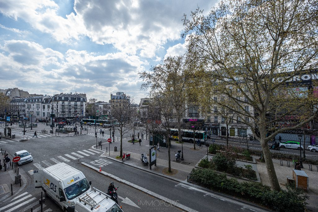 2 pieces not overlooked over the Pigalle Square, South Exposure: Living and wanted neighborhood! 1