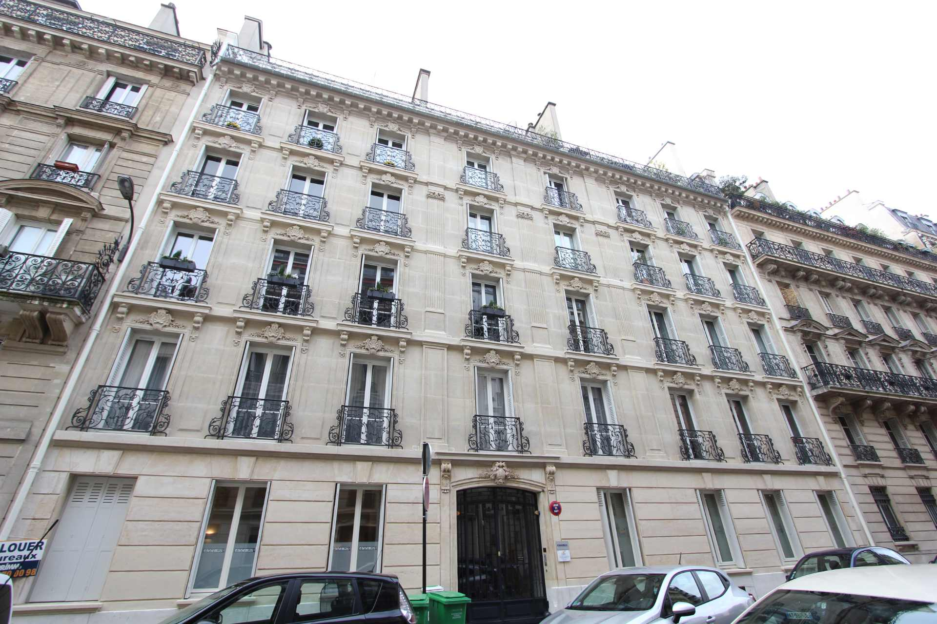 Europe district (rue Clapeyron in the 8th arrondissement), Legally laudable studio of 9.88 m² Law Carrez located in a beautiful well maintained building 2