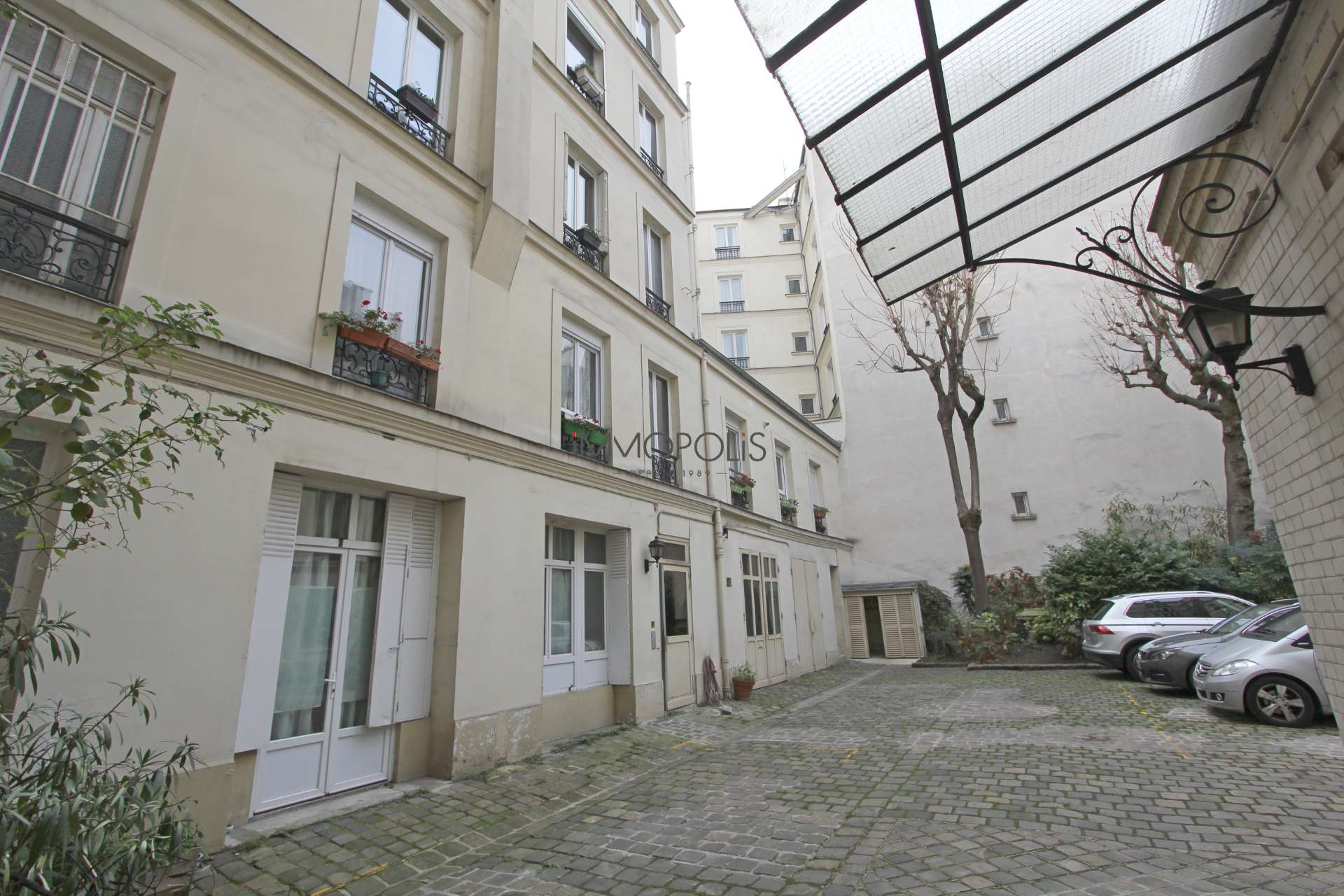 Europe district (rue Clapeyron in the 8th arrondissement), Legally laudable studio of 9.88 m² Law Carrez located in a beautiful well maintained building 9