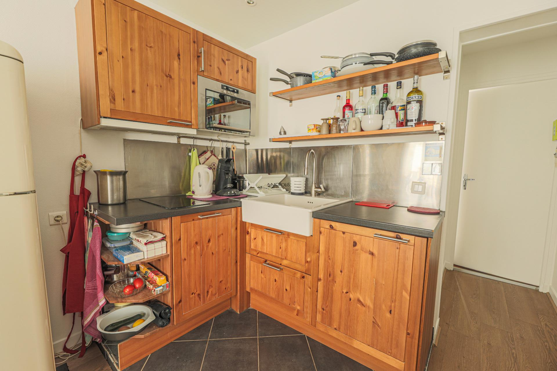 Beautiful 2 rooms Rue Berthe of 30 m2 in good condition with elevator and very compact plane 5