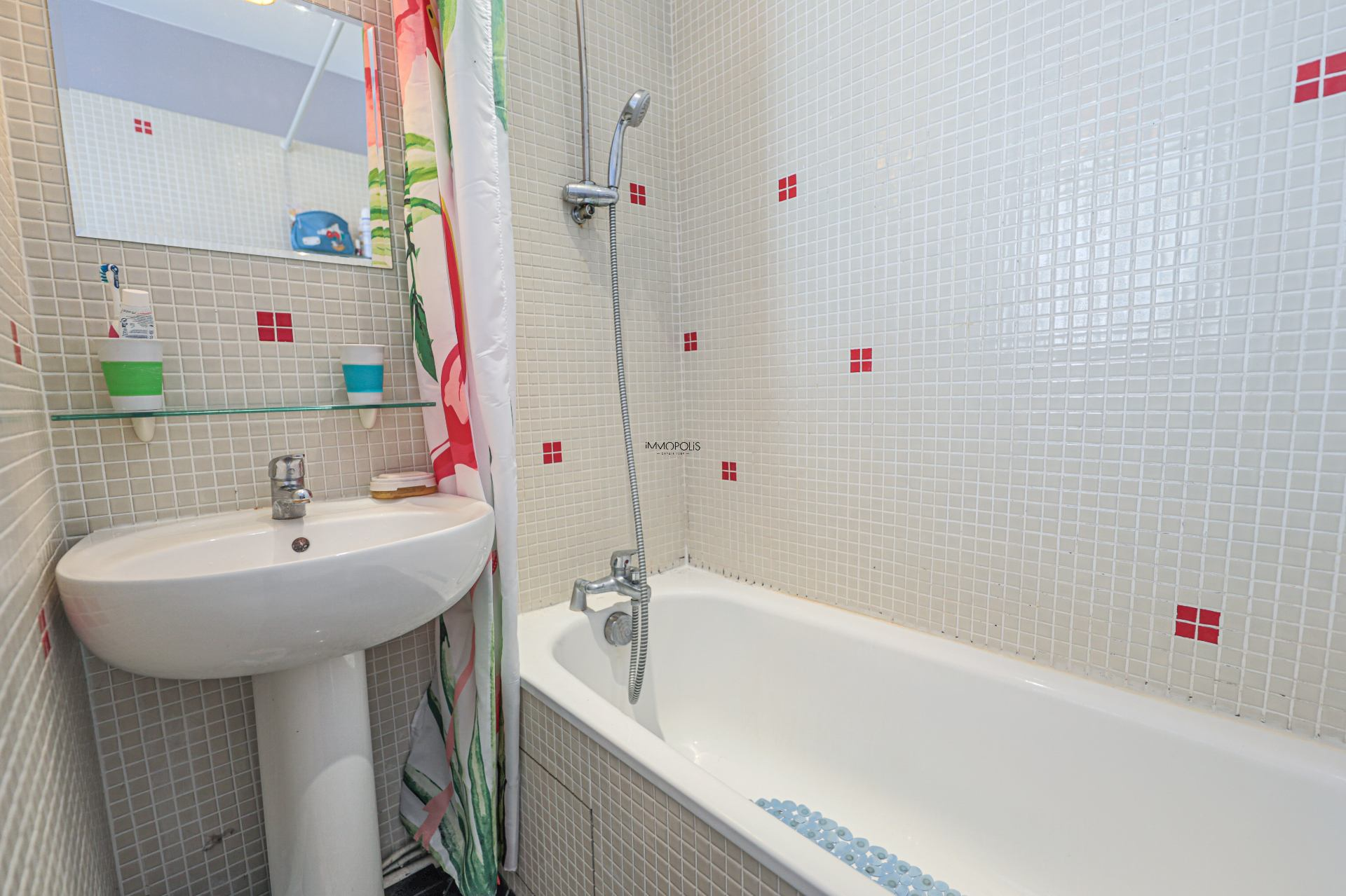 Beautiful 2 rooms Rue Berthe of 30 m2 in good condition with elevator and very compact plane 7