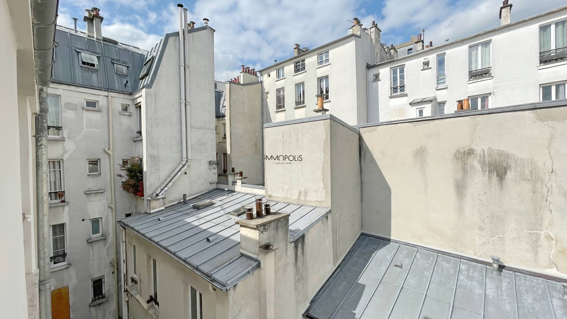 Montmartre, Abbesses, Beautiful studio in good condition in 4th and last floor, ceiling beams, quiet, on unobscured courtyard without opposite! 1