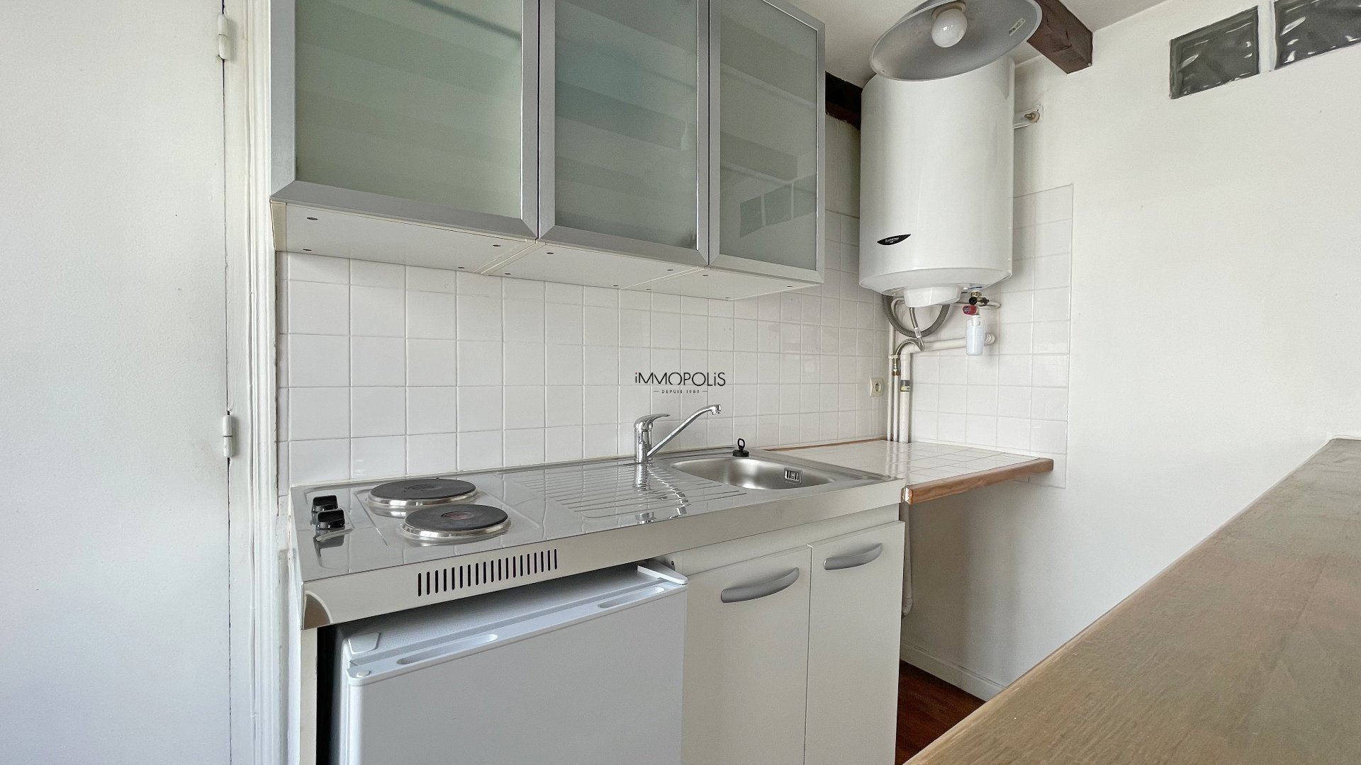 Montmartre, Abbesses, Beautiful studio in good condition in 4th and last floor, ceiling beams, quiet, on unobscured courtyard without opposite! 4