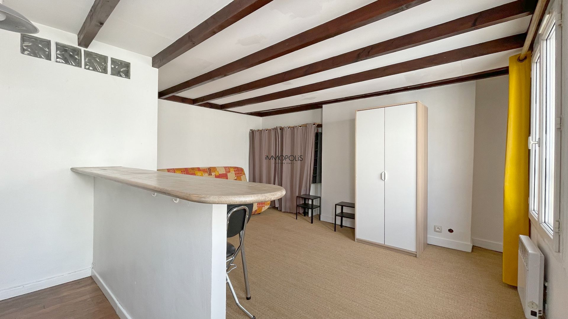Montmartre, Abbesses, Beautiful studio in good condition in 4th and last floor, ceiling beams, quiet, on unobscured courtyard without opposite! 5