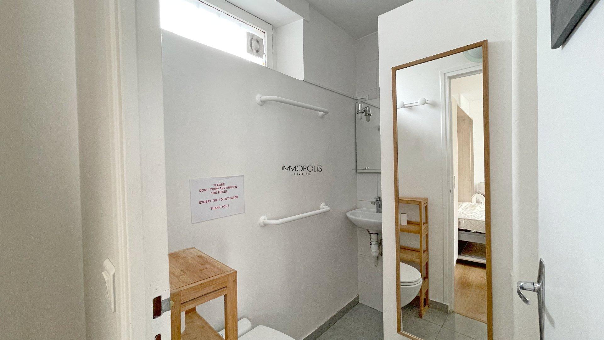 Bien rare : en plein Montmartre studio en dernier étage sans vis à vis avec TERRASSE ! 6