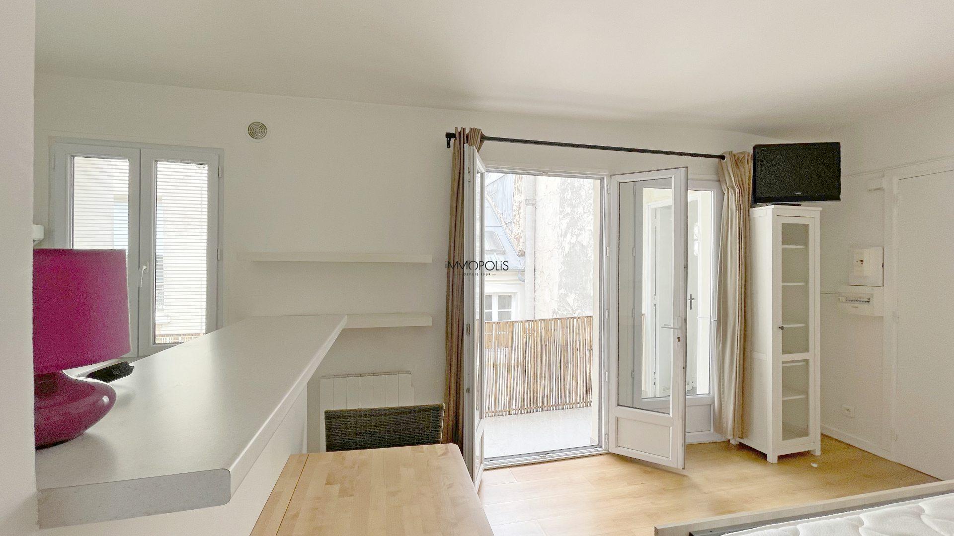 Bien rare : en plein Montmartre studio en dernier étage sans vis à vis avec TERRASSE ! 8