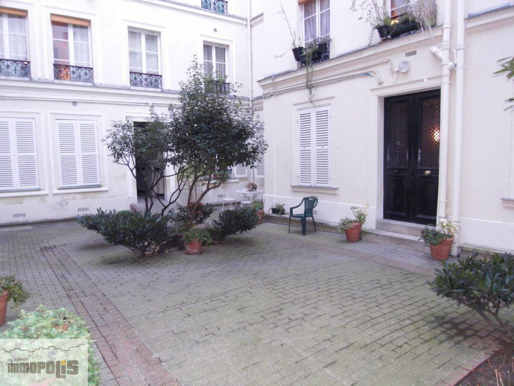 Appartement de trois pièces, aux Abbesses Appartement de trois pièces, aux Abbesses 1